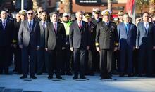 """""""Çanakkale geçilmez"""" yazılı altın madalya, Türk bayrağına takılarak göndere çekildi!"""