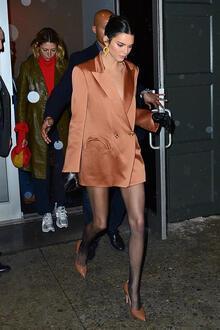 Kendall Jenner ceketini giyip çıktı!