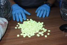 Kütahya'da 5 bin 200'ü tabanca şeklinde, 20 bin uyuşturucu hap ele geçirildi