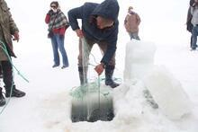 Ekmek parasını buzun altından çıkarıyorlar