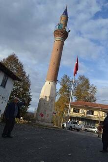 Köy meydanında minareyi görüp camiyi bulamayan şaşkına dönüyor