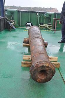 Batık Rus savaş gemisinden 2,5 tonluk top çıkarıldı