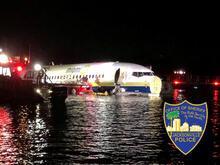 Son dakika... ABD'de uçak pistten çıkıp nehre indi!