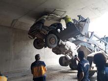 Kamyonun damperini açık unutan sürücü ölümden döndü