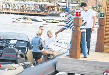 Seda Sayan bota binerken düşme tehlikesi atlattı