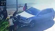 Okul servisi bekleyen kardeşlerin otomobilin altında kalma anı kamerada