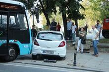 Kontrolden çıkan otobüs iki otomobile çarptı