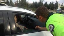 Trafik polislerine ve girilmez tabelasına rağmen ters yöne girdiler