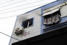 Yangında evde mahsur kalan genci itfaiye kurtardı