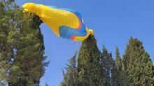 Ağaca asılı kalan yamaç paraşütündeki 2 kişiyi itfaiye kurtardı