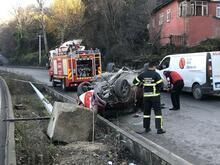 Ehliyetsiz sürücü, önce takla attı sonra direği yıktı!
