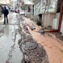 İzmir'de yağmurda asfalt çöktü! Araçlar çukura düştü