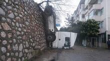 Arka tekerlekleri bariyere takılan TIR asılı kaldı