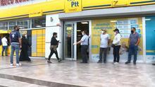 Esenyurt'ta PTT önündeki kuyruk metrelerce uzadı