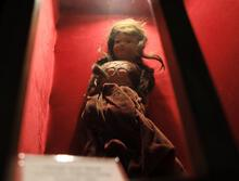 Yahudi kızın saçlarını taşıyan 79 yıllık 'esrarengiz bebek'