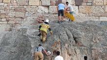 Foça Kalesi'nde nefes kesen operasyon! 10 metrelik surlardan düştü