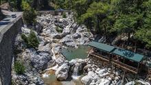 Turistler Kesme Boğazı'nın buz gibi sularına hayran kaldı!