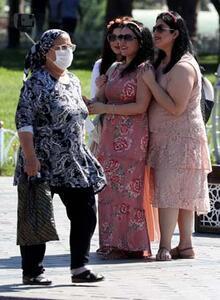 Maske takmayan turistler sosyal mesafeyi de hiçe saydı