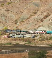 İki tren kafa kafaya çarpıştı!