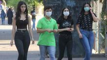 Maskesi kolunda olan genç kız, polisleri görünce kaçmak istedi!