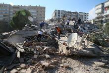 Son dakika... İzmir'de şiddetli deprem! Yıkılan binalar var