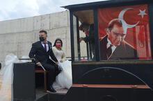 Düğünlerine kara tren görünümlü traktörle gittiler!