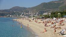 Kasım ayında güneşli havayı fırsat bilenler plaja koştu!