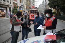 İstiklal Caddesi'nde kamerayı görünce maskeyi indirip poz verdi