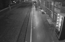 Fenalaşıp tramvay raylarına düşen kadın san anda kurtarıldı