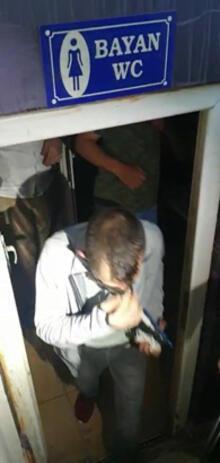 60c2225e55428023e86baa96 - Polisi görünce tuvalete ve sahnenin altındaki bölüme saklandılar!