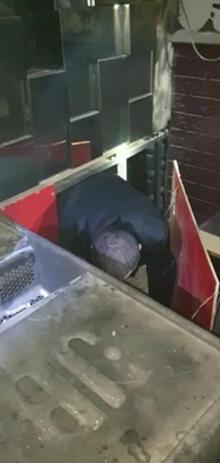 60c2225e55428023e86baa98 - Polisi görünce tuvalete ve sahnenin altındaki bölüme saklandılar!