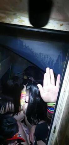 60c2225e55428023e86baa9a - Polisi görünce tuvalete ve sahnenin altındaki bölüme saklandılar!