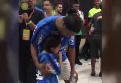 Ronaldinho hayranı minik gözyaşlarını tutamadı