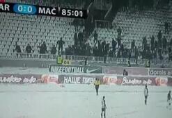 Taraftarlardan hakeme kar topu saldırısı