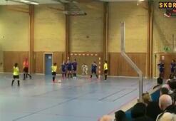 Futsal maçında ezber dışı frikik taktiği