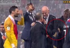 Kupa töreninde madalya skandalı