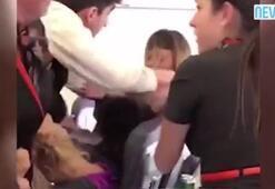 Kucak dansçısı kadınlar uçağı birbirine kattı