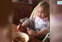 Kolları olmayan minik bebek, yemek yemeyi ayaklarıyla öğrendi