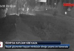 Kaçak göçmenleri taşıyan minibüsün direğe çarpması kamerada