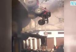 Binaya uça traktör çatıda asılı kaldı