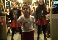 Minikler metroda İstiklal Marşını okudu, yolcular sarılıp öptü