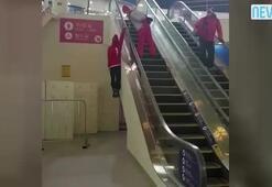Merdivenden çıkan kızın ödünü patlattı