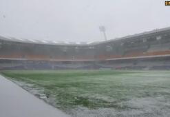 Kar yağdı,Başakşehir stadı beyaza büründü.