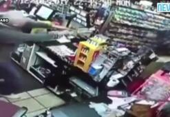 Bıçaklı soyguncu tabancayı görünce çark etti