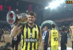 Fenerbahçe, kupasını Fahri Kasırga ve Osman Aşkın Bakın elinden aldı