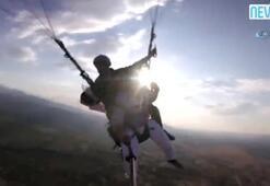 Çılgın aşıktan paraşütlü evlilik teklifi