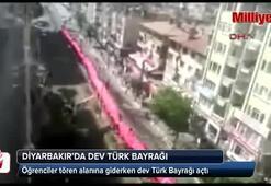 Öğrenciler tören alanına giderken dev Türk Bayrağı açtı