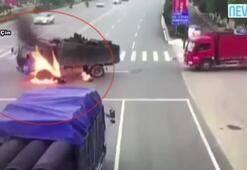 Motosiklet kamyonun yakıt tankına çarpınca...