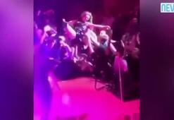 Seyircinin üzerine atlayan şarkıcının fermuarını açtılar