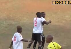 Hakemle futbolcu tekme tokat birbirine girdi